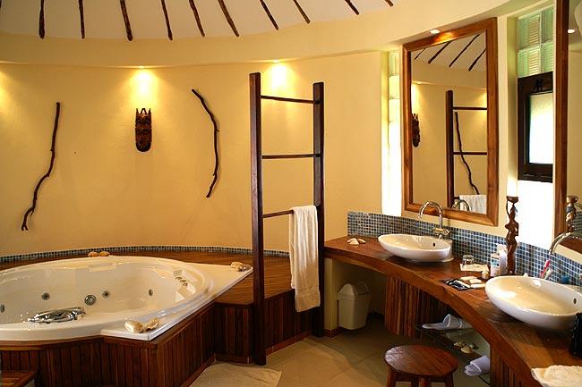 La salle de bain et son jacuzzi à l\'hôtel \